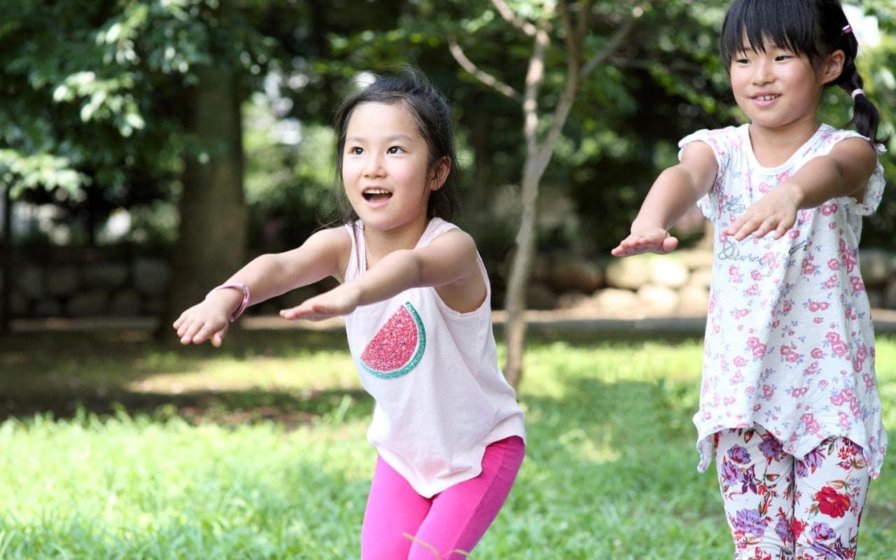 Trẻ tập thể dục để luôn khỏe mạnh